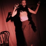 Elina Du Rietz gör striptease i Vilse i haschkakan